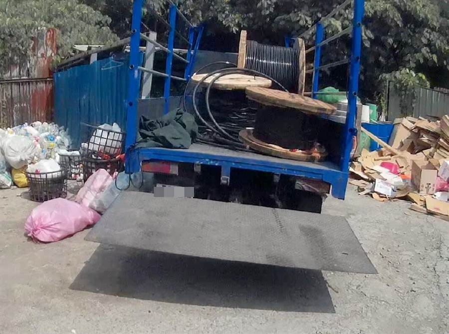 小貨車因承載2631公斤電纜線,車身嚴重傾斜,引起警方注意。(呂妍庭翻攝)