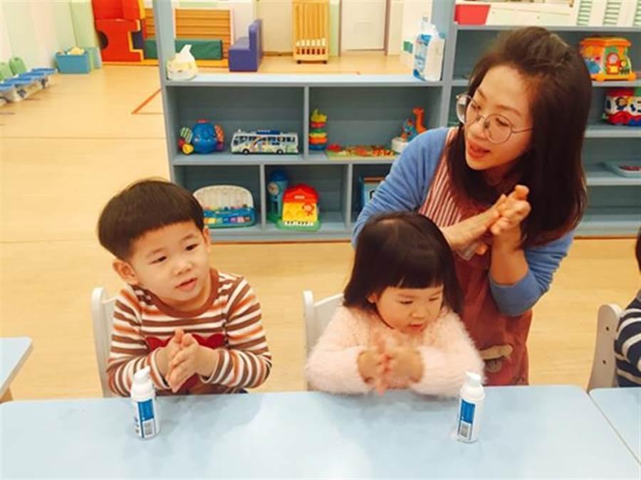 幼兒教師教導孩童進食前應清潔手部。(圖/中時電子報,下同)