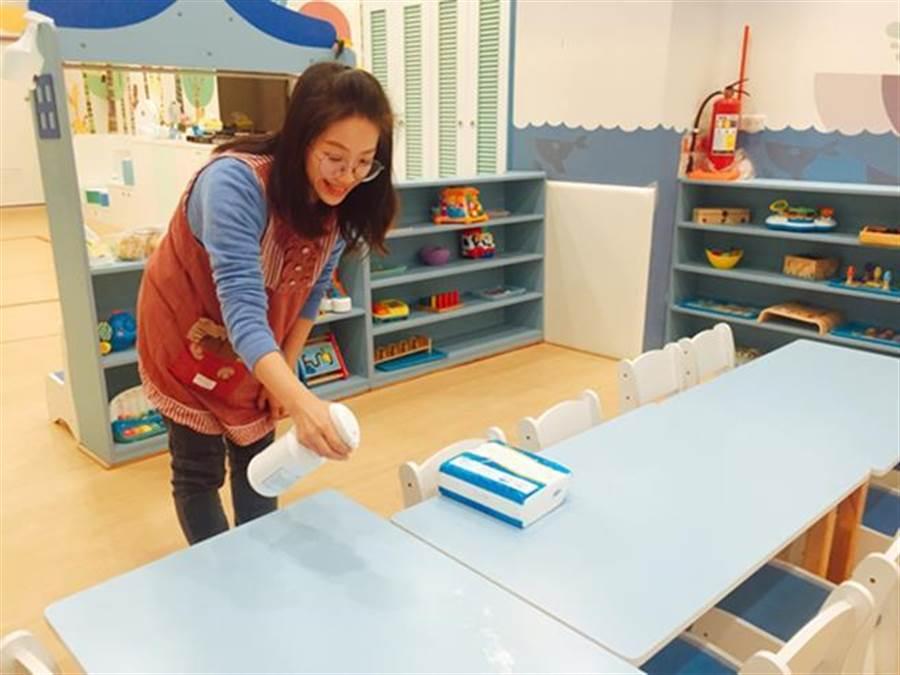 老師每天都會使用「德瑪妃司泡沫慕絲乾洗手」清潔桌面圖。
