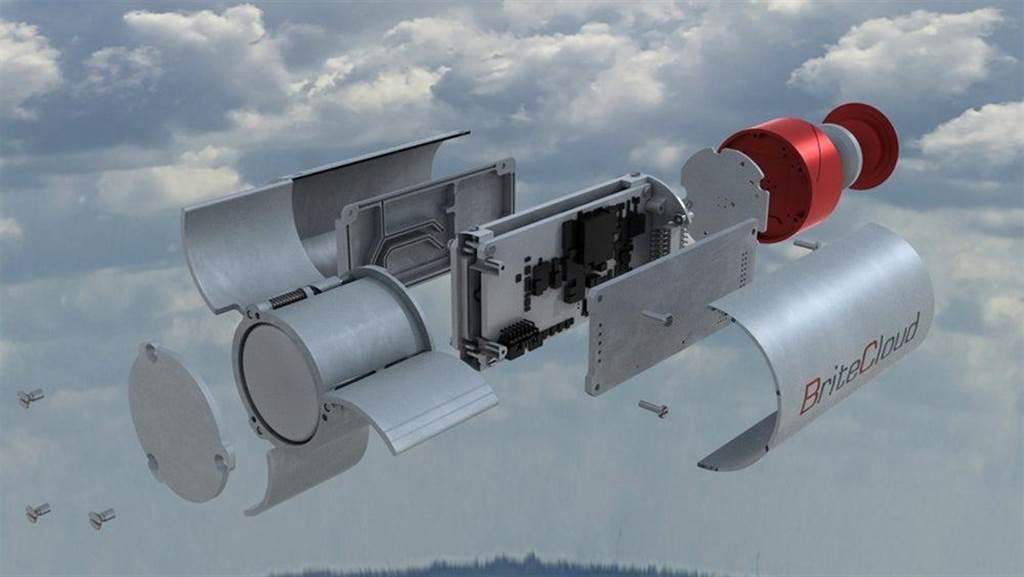 打開閃雲雷達誘餌,就是一組簡單的電波發射器,以模擬飛機的電子訊號。(圖/李奧那多公司)
