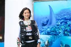 正妹彩妝師化身美人魚 潛水撿垃圾守護海洋