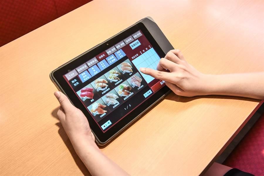日本第一大迴轉壽司品牌「壽司郎」,以自動化點餐系統提供顧客更有效率的點餐服務。(圖/壽司郎)