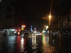 一夜豪雨淹水立退 路樹倒塌傷及騎士