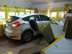 小客車失控撞入娃娃機店 車主爬車頂逃逸