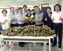 慶祝警察節 高雄志工中隊送粽子慰問員警