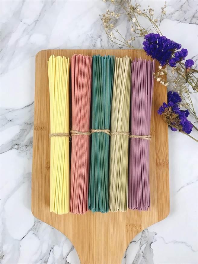 阿舍食堂特製「彩虹古早麵」,美觀且美味。(圖片提供/微風集團)
