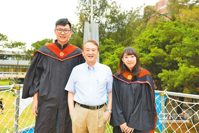 中原大學在校長張光正(中)帶領下,連6年獲教育部私校獎最高補助。(校方提供)