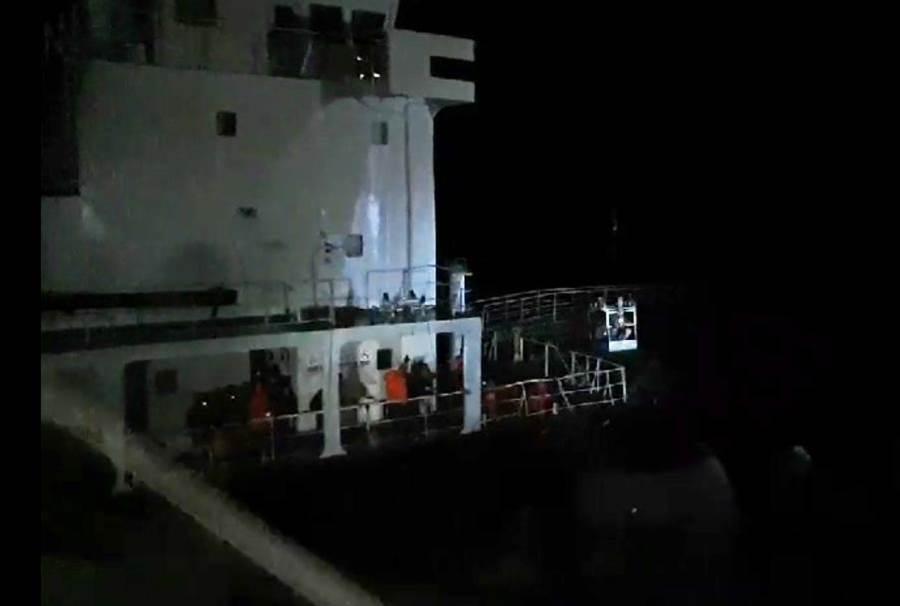 巴拿馬籍「新利號」油輪擱淺於鳳鼻頭漁港北提,15日凌晨3時許,以鐵籠吊掛方式將受困船員救下。(曹明正翻攝)