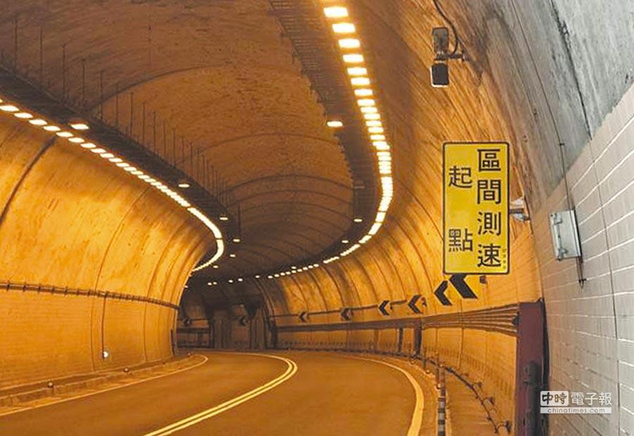 新北市政府警察局引進歐洲設備,預計在今年7月起,先在萬里隧道實施「區間平均速率」科技執法。圖/陳慶琪