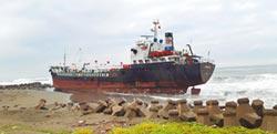 2油輪擱淺 廢油外洩釀汙染