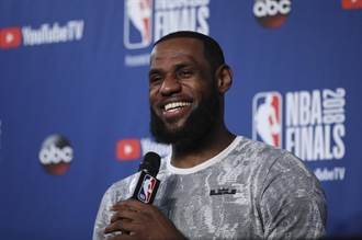NBA》詹皇飛抵洛杉磯 暫無打算跟騎士見面