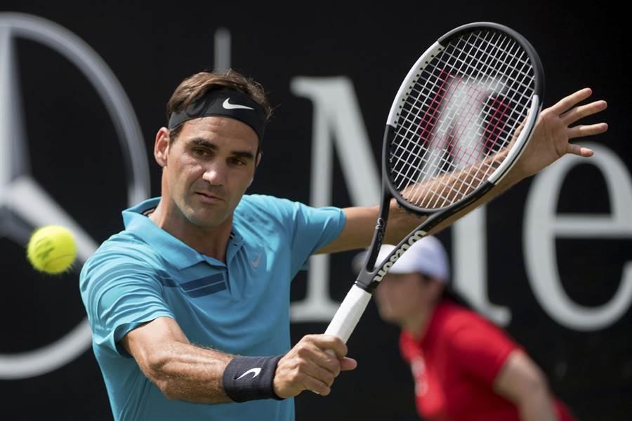 費德勒在斯圖加特網球賽打進4強,再獲一勝就能重返世界第一。(美聯社)