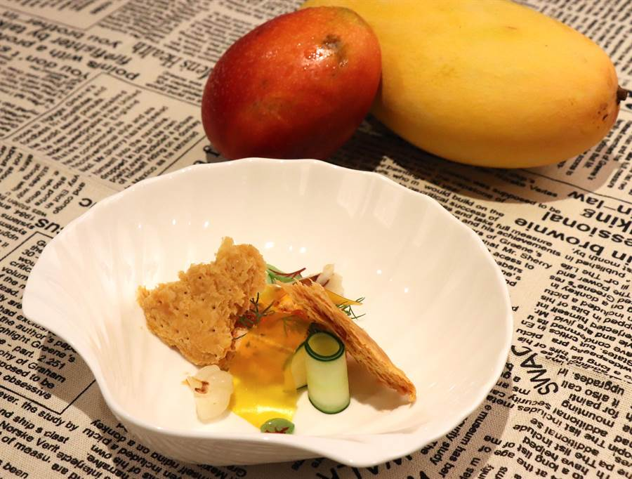 前菜「鮭魚千層酥餅/風乾芒果薄片」多重口感一次滿足。(徐力剛攝)