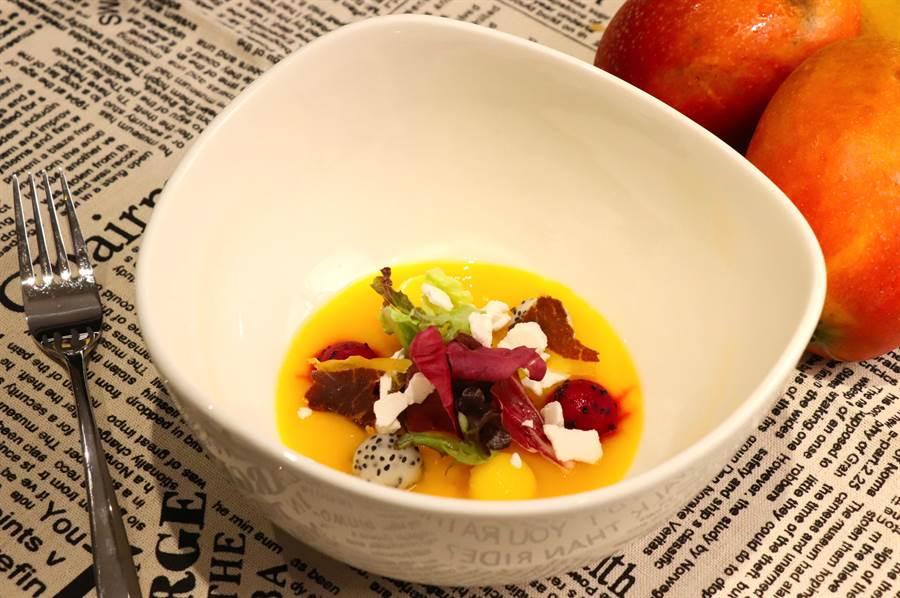 因應夏季炎熱氣溫,全新「夏季水果沙拉/愛文芒果冷湯與荔枝脆餅」滿足饕客味蕾。(徐力剛攝)
