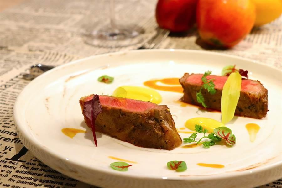 主餐「金煌芒果奶油佐炭烤美國肋眼牛排」,以軟嫩牛肉搭配芒果醬汁。(徐力剛攝)