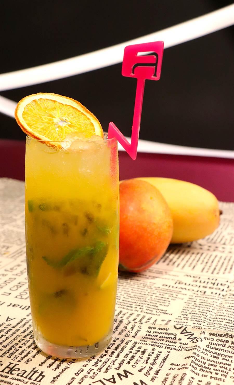 「芒果Mojito」以經典調酒混合酸甜芒果揭開初夏序幕,售價300元+10%/杯。(徐力剛攝)