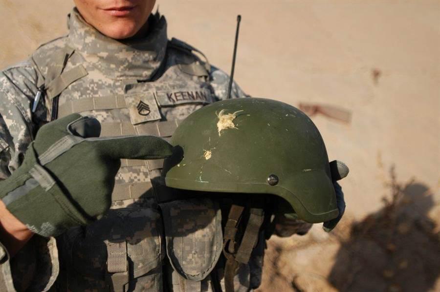 高級戰鬥頭盔(ACH)的防彈效果,成功把9公釐手槍彈給彈開。(圖/美國陸軍)