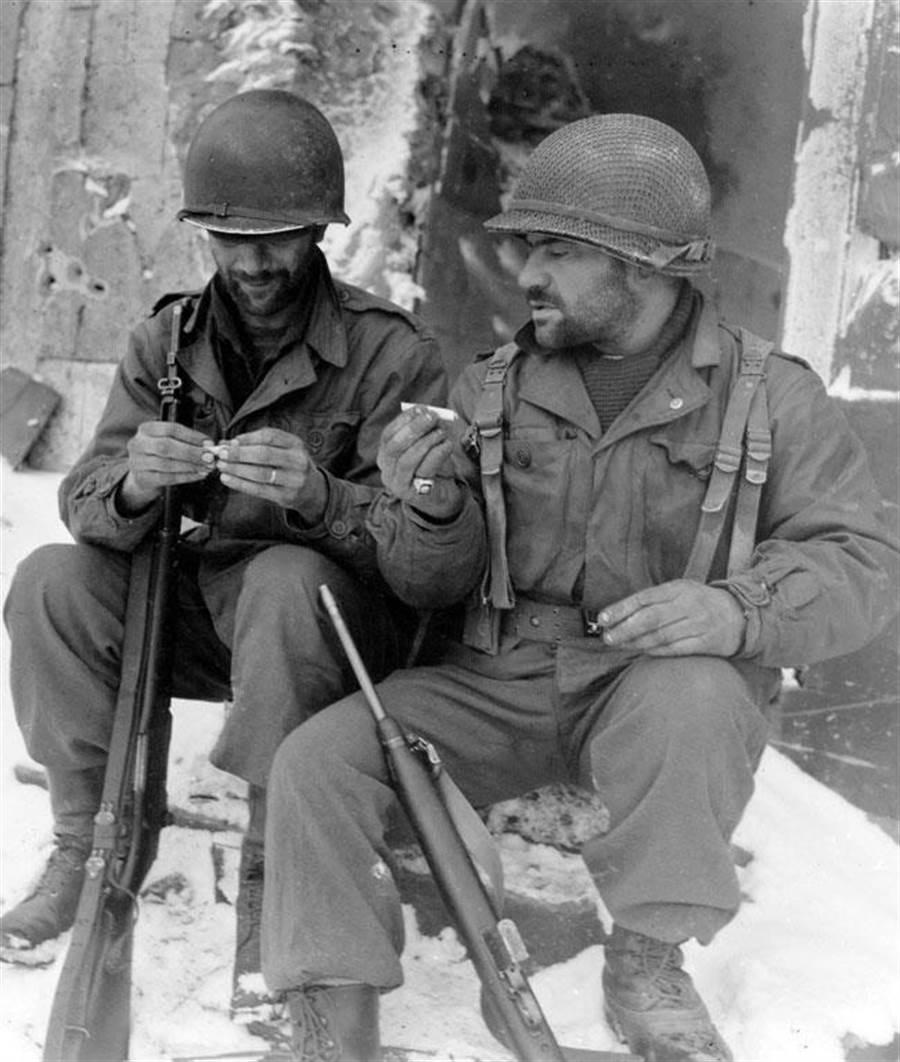 美軍從二戰開始使用的M1頭盔,至今仍然看的到。(圖/美國國家檔案館)
