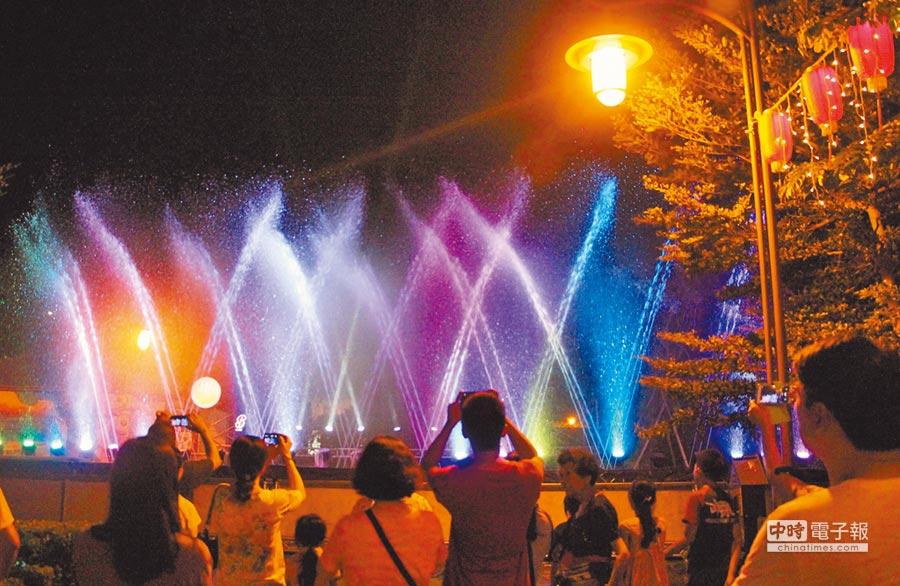 鹿港慶端陽在公園三路推出立體水舞秀,水柱噴高達6米,配合音樂跳躍、燈光,舞動絢麗光彩,氣勢磅礡。(鹿港鎮公所提供)
