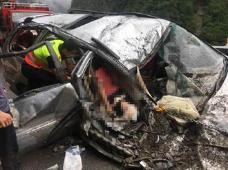 中橫落石砸爛休旅車 老母和女嬰壓車內