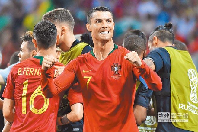 葡萄牙國腳C羅(中)在15日的B組首戰中精彩上演「帽子戲法」,最後帶領葡萄牙逼和西班牙。(法新社)
