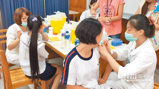 今年11月起,全國國一女生將免費接種人類乳突病毒疫苗(簡稱HPV疫苗),以預防子宮頸癌,但卻未見風險評估、配套措施及成效驗證機制。(本報資料照片)