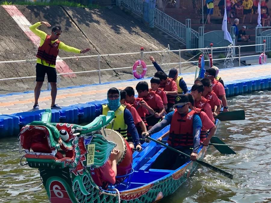 彰化縣校外會的教官帶領一群高關懷學生挑戰鹿港龍舟賽。(教育部提供)