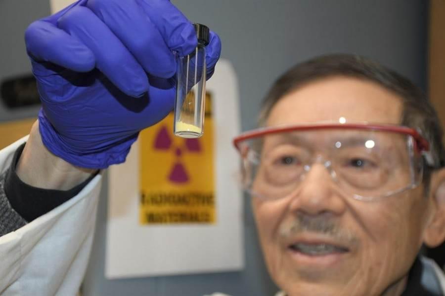 美國太平洋西北國家實驗室與超臨界技術協會,開發出便宜過濾海水,以提取鈾的方法,他們己提出5公克的鈾粉,也就是科學家手上的黃色粉末。(圖/PNNL)