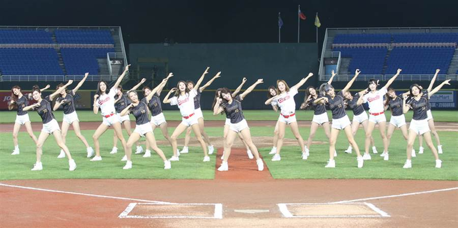 桃猿隊去年舉辦韓風主題日「辣年糕趴」,1邀請韓職釜山樂天巨人啦啦隊長朴騏良(白衣左2)擔任開球嘉賓,賽前與桃猿啦啦隊LamiGirls熱舞開場。
