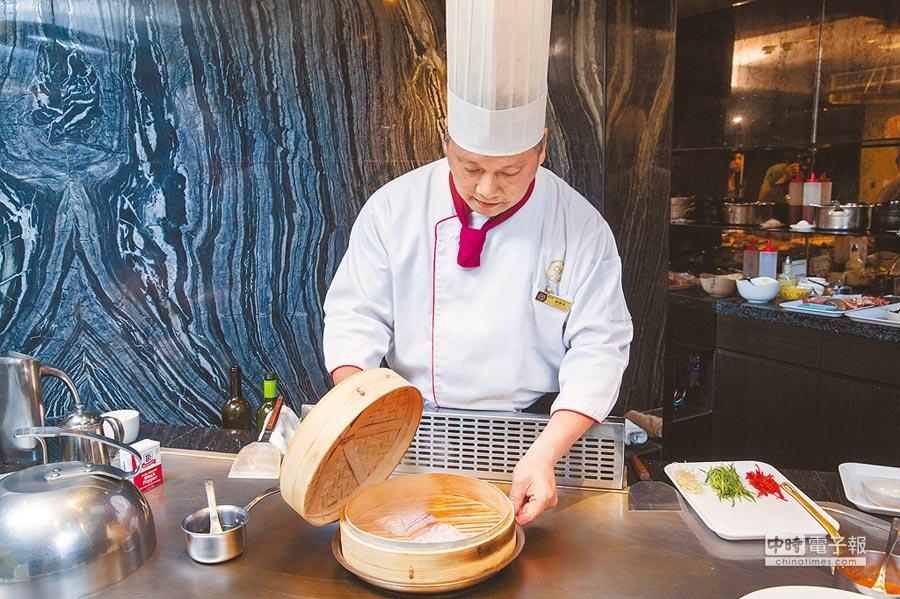 曾懷永不斷求新求變,包含獨創將蒸籠使用在鐵板上,烹調出嫩口、滋味迷人的鮮魚料理。(石智中攝)