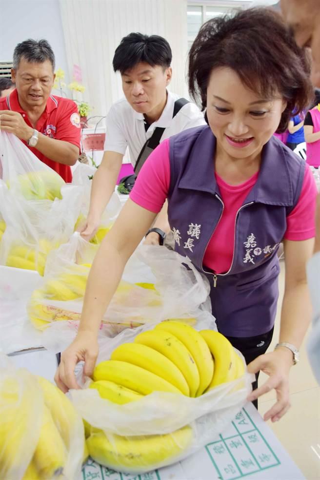 嘉義市議長蕭淑麗與嘉義市農會等團體採購1000公斤香蕉,18日分送給14個社福團體。(呂妍庭攝)