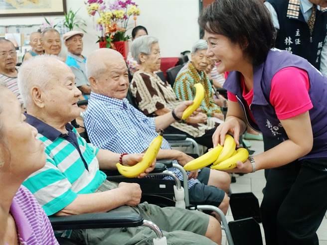 嘉義市議長蕭淑麗與嘉義市農會等團體採購1000公斤香蕉,18日分送給14個社福團體。(呂妍庭翻攝)
