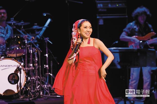 米希亞邊唱邊跳舞,整場演唱會熱力十足。(蘇蔓攝)