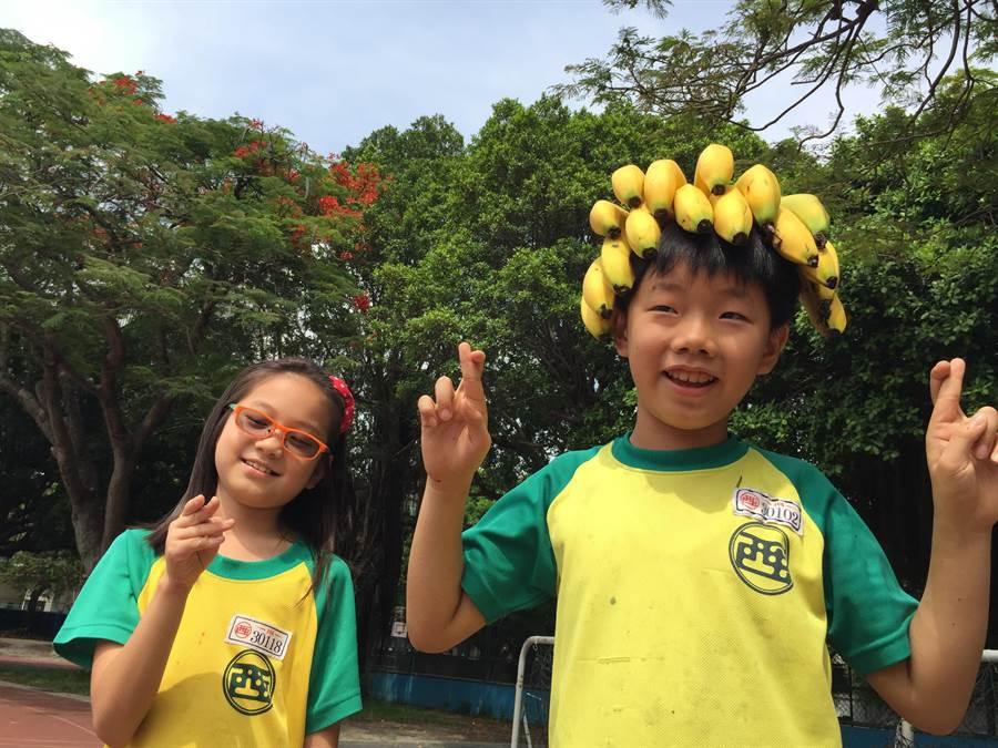 台中市西屯國小的小朋友祈求蕉農能在大家多吃香蕉之下,趕快帶來熱銷的好運氣。(盧金足攝)