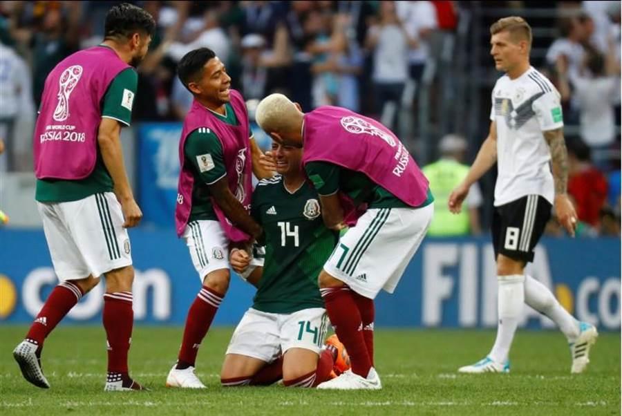 墨西哥扳倒德國,「小豌豆」J.賀南德斯(中)激動落淚。(路透社)