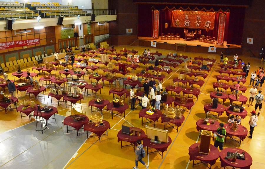 鹿港魯班公宴即日起在鹿港隆重登場,工藝名家的創作擺滿108桌,相當有看頭。(鐘武攝)