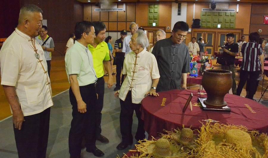 彰化縣長魏明谷(左二)等人出席魯班公宴,看到工藝名家宴師祖的108桌工藝作品的精美,讚嘆不已。(鐘武達攝)