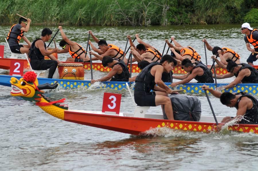 邁入第10個年頭的金門龍舟競賽,在風光明媚的古寧頭雙鯉湖登場。(李金生攝)