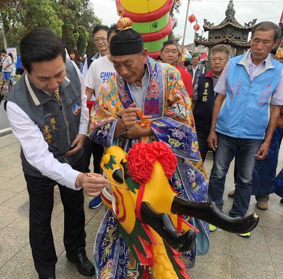 陳福海縣長主持龍舟點睛儀式,祈求比賽平安順利。(李金生攝)