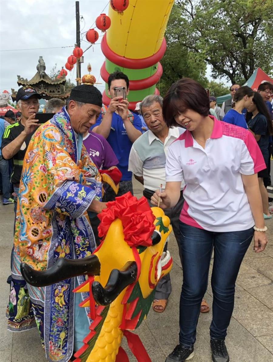 縣議會議長洪麗萍主持龍舟點睛儀式。(李金生攝)