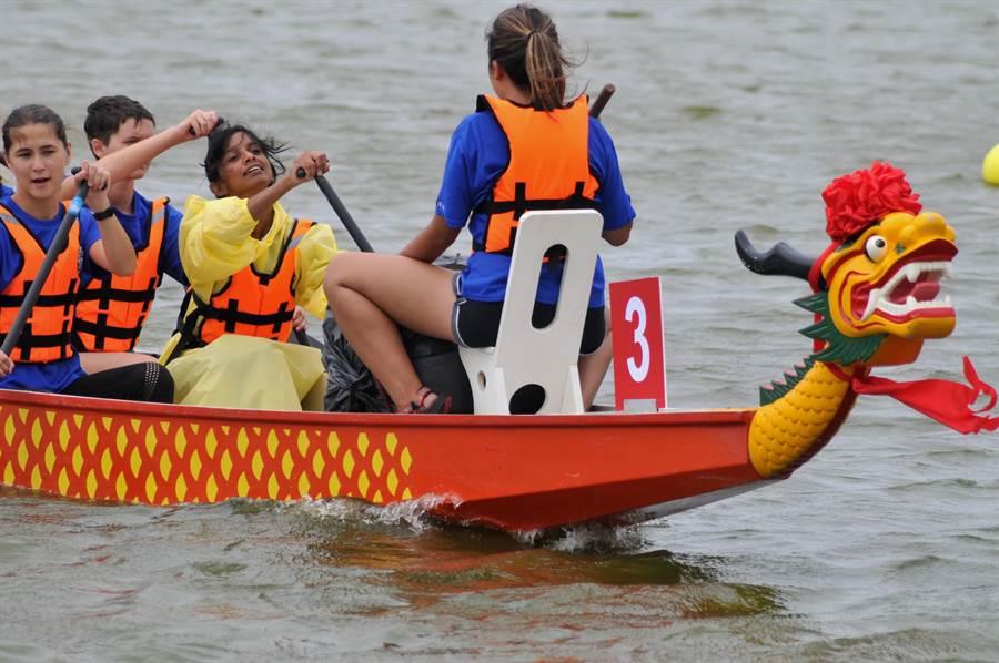 外籍女子選手划龍舟,留下難得的異國經驗。(李金生攝)