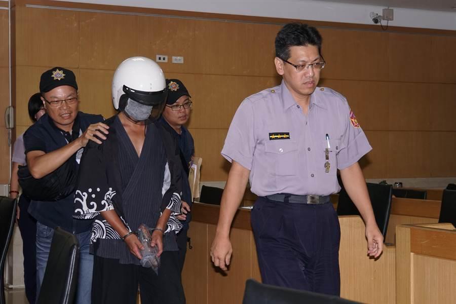 華山分屍案嫌犯陳伯謙(戴安全帽者),台北地方法院今早決定是否禁見。(中時資料照 陳志賢攝)