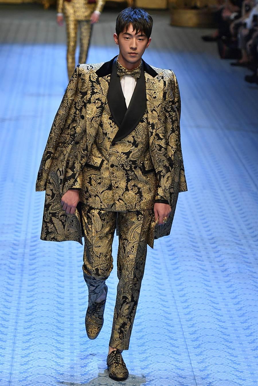 模特出身的韓星南柱赫,日前首登Dolce & Gabbana 2019春夏男裝大秀,並換上一襲華麗晚裝登場。(CFP提供)