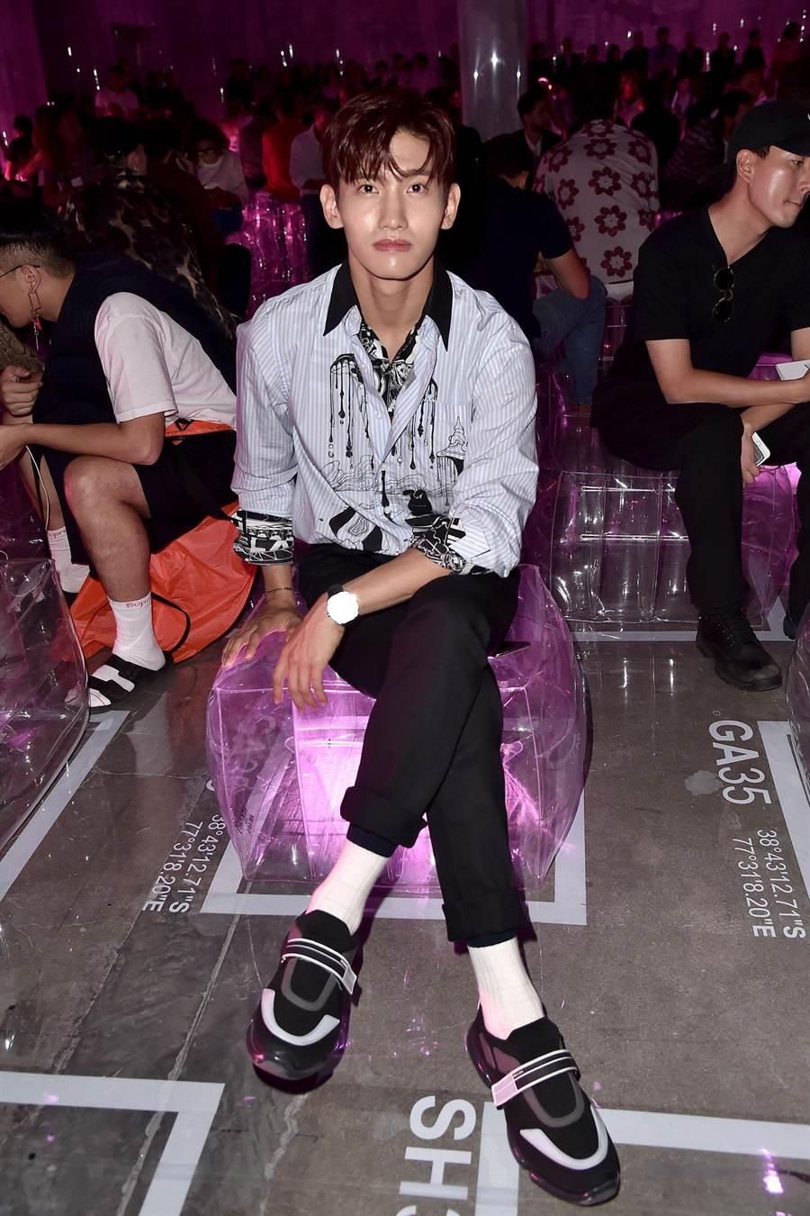 韓團東方神起成員沈昌珉以一襲品牌卡通印花襯衫及黑色長褲,簡約線條中展現出姣好身材比例。(PRADA提供)