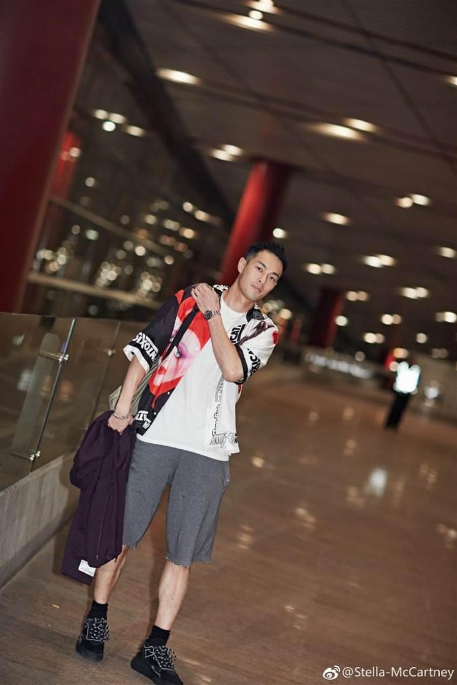 台灣代表楊祐寧受Stella McCartney之邀參加米蘭時裝周,並身著品牌2018春夏印花短袖襯衫搭配黑色Loop運動鞋現身機場。(翻攝自Stella McCartney官方微博帳號)