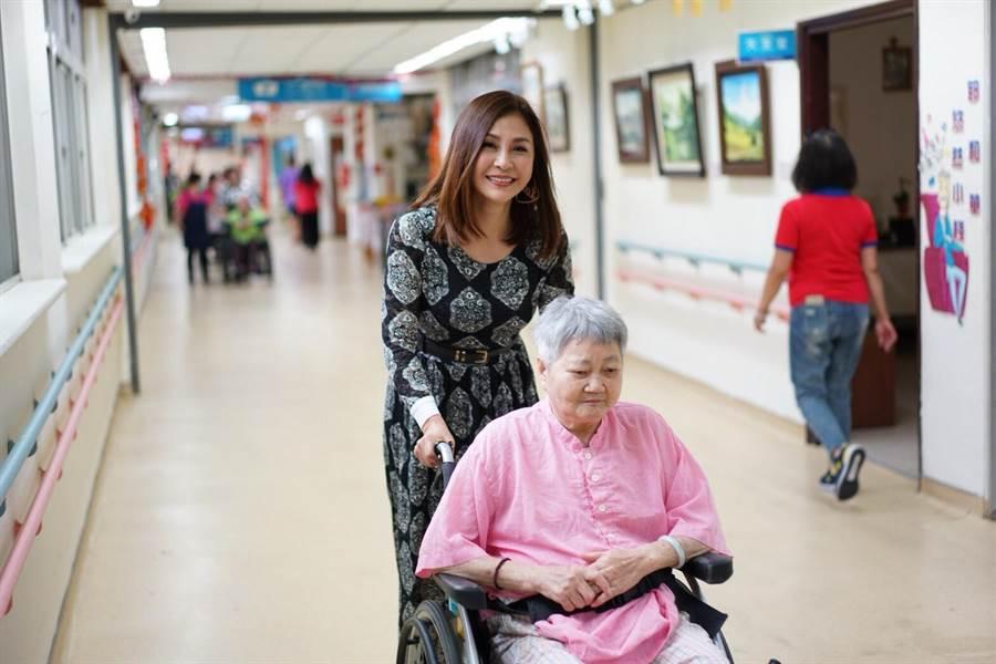 梁佑南樂公益,喜歡陪伴長輩聊天。