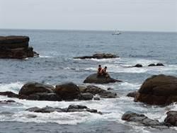 龍洞跳水平台2人受困 海巡隊緊急救援