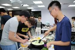 期末考題「最想做給長輩的菜」 陽明醫學生親自下廚