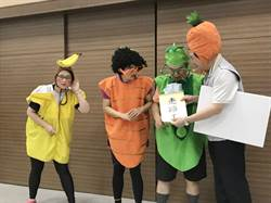 宣導反賄選 員警穿水果裝跳海草舞