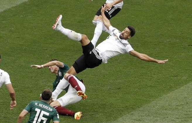 德國隊中場凱迪拉被絆一跤。(美聯社)